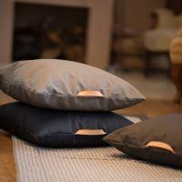 Aesthetic Lněný povlak na sedací polštář s koženým uchem - Žlutá hořčicová Rozměr: 60x60 cm